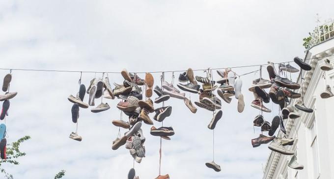 Dlaczego na liniach telefonicznych całego świata ludzie wieszają buty?