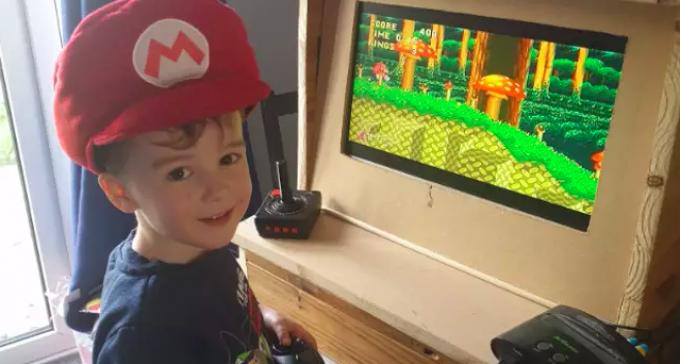 Tata nudził się w czasie kwarantanny, więc zrobił synowi salon gier