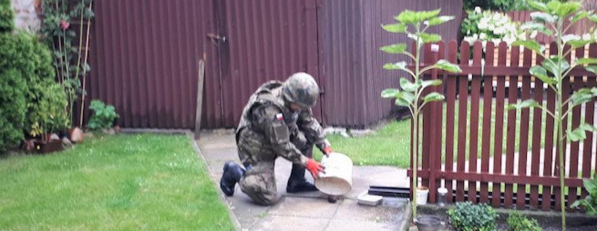 Kielczanka znalazła w ogródku granat. Umyła go, przykryła wiadrem i wezwała saperów.