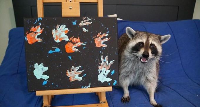 Wesołe szopy pozujące z namalowanymi przez siebie obrazami to najbardziej urocza rzecz, jaką dziś zobaczycie