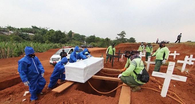 Nie nosisz maseczek? Kop groby dla ofiar COVID-19 - indonezyjskie rozwiązanie dla płaskoziemców