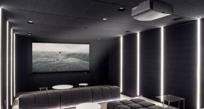 30 pomysłów na aranżację klimatycznego kina domowego podczas lockdownu