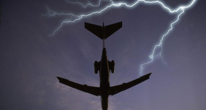 Dlaczego samoloty nie wybuchają i nie spadają od uderzeń pioruna?