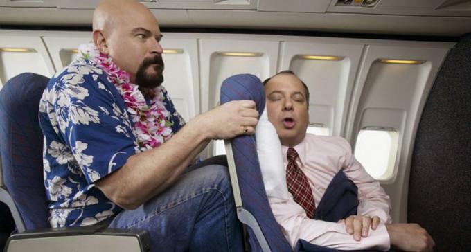 Czy ten, który siedzi z przodu w samolocie ma prawo odchylić fotel i demolować ci kolana?